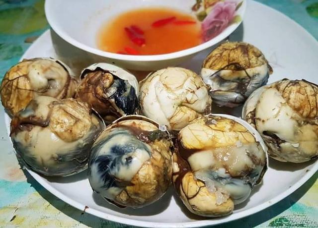 Khách Mỹ nôn nao khi lần đầu tiên ăn thử trứng vịt lộn - 2