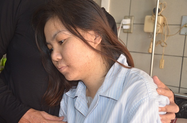 Người mẹ nghèo bất lực nhìn con gái chia quả thận để cứu em - 2