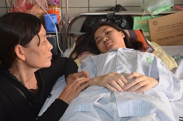 Người mẹ nghèo bất lực nhìn con gái chia quả thận để cứu em - 3
