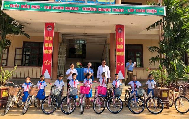 Tỉnh đoàn Quảng Bình trao xe đạp tiếp sức học sinh nghèo đến trường - 2