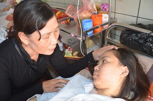 Người mẹ nghèo bất lực nhìn con gái chia quả thận để cứu em - 7