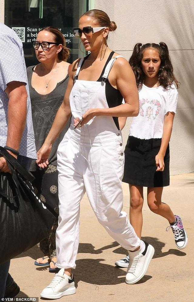 Jennifer Lopez trẻ trung với quần yếm trắng - 4