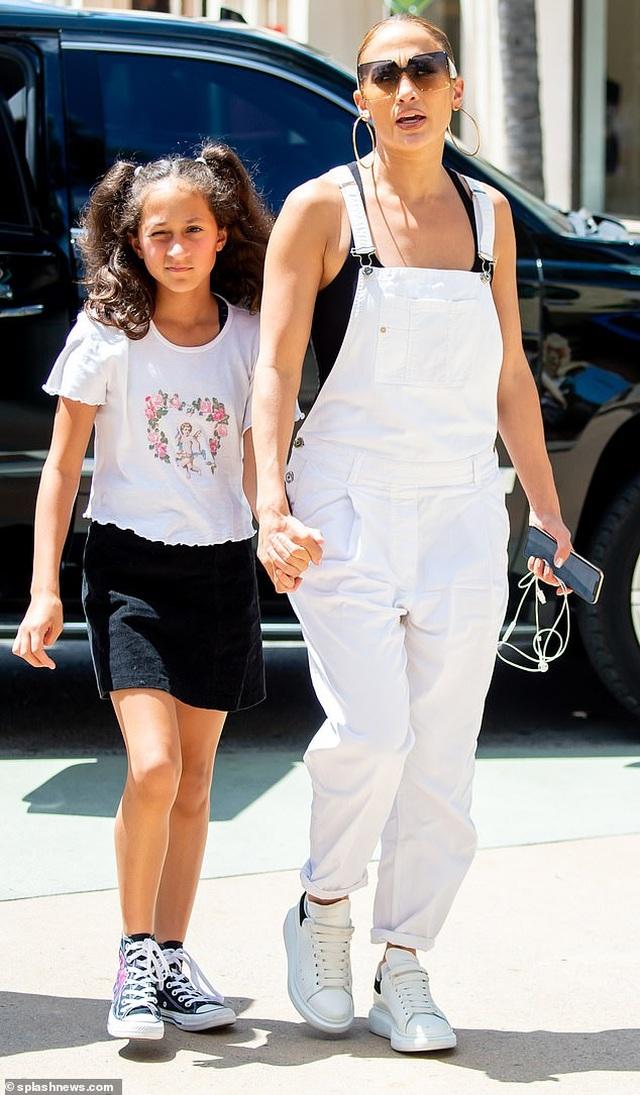 Jennifer Lopez trẻ trung với quần yếm trắng - 3