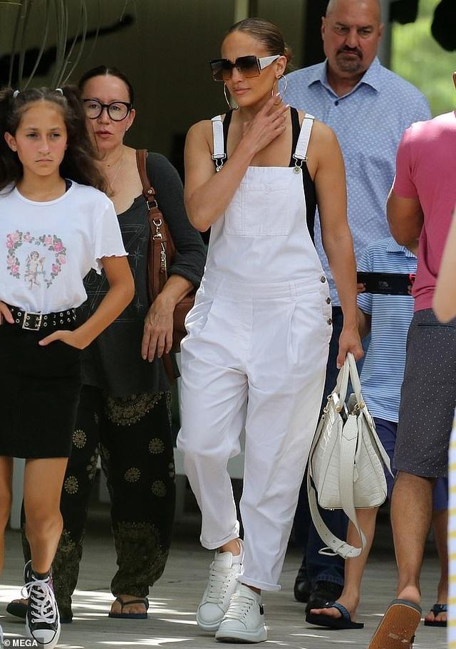 Jennifer Lopez trẻ trung với quần yếm trắng - 1