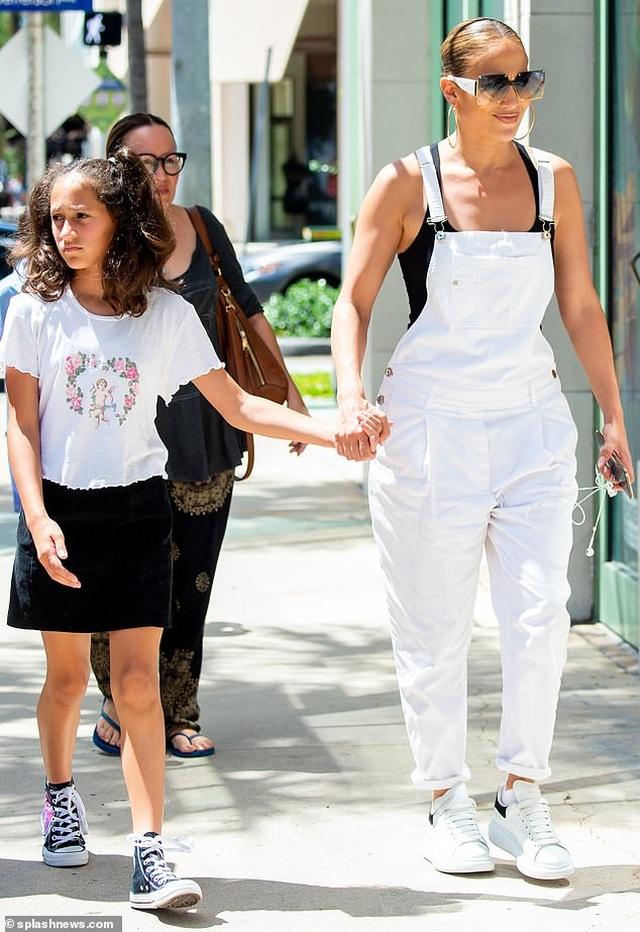 Jennifer Lopez trẻ trung với quần yếm trắng - 7