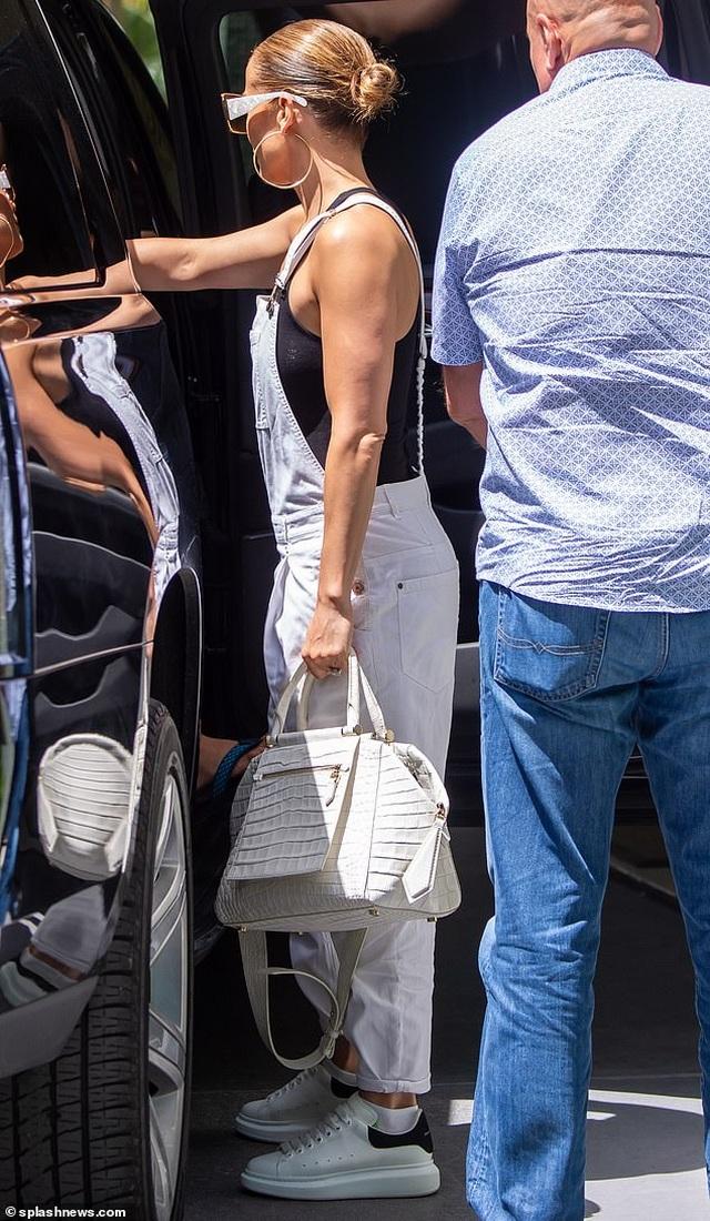 Jennifer Lopez trẻ trung với quần yếm trắng - 2