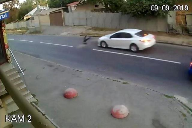 Bị ôtô đâm trúng, bé trai thoát chết kỳ diệu nhờ ba lô đi học - 1