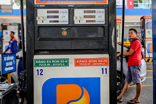 Nhiều dự báo sẽ tăng nhưng giá xăng lại tiếp tục giảm từ chiều nay - 1