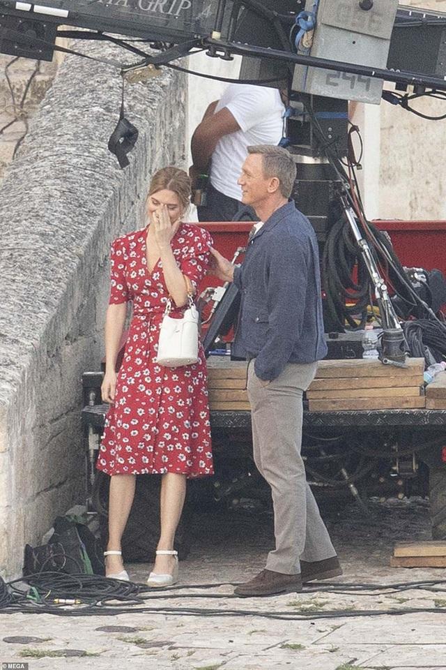 Daniel Craig tình tứ hôn bạn diễn tại trường quay - 7