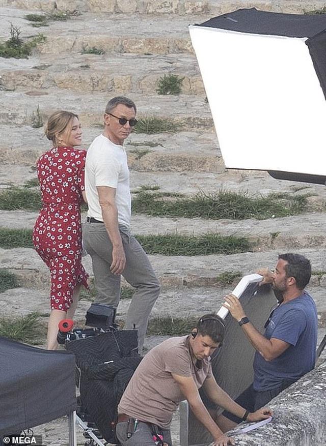 Daniel Craig tình tứ hôn bạn diễn tại trường quay - 12