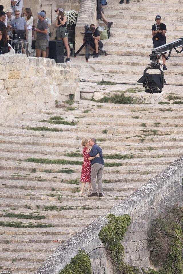 Daniel Craig tình tứ hôn bạn diễn tại trường quay - 13