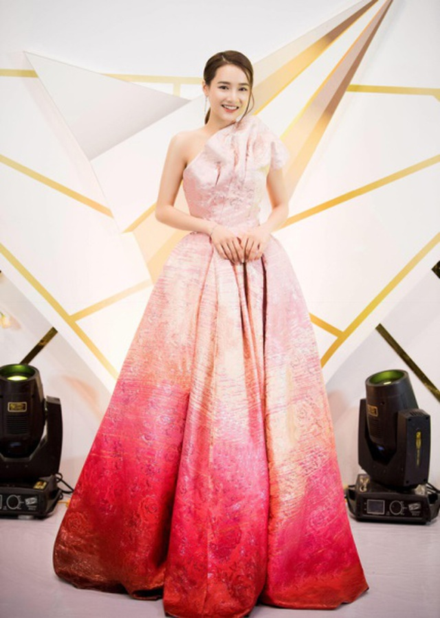 Minh Tú, Như Vân nổi bật nhất tuần khi diện trang phục hở bạo - 11