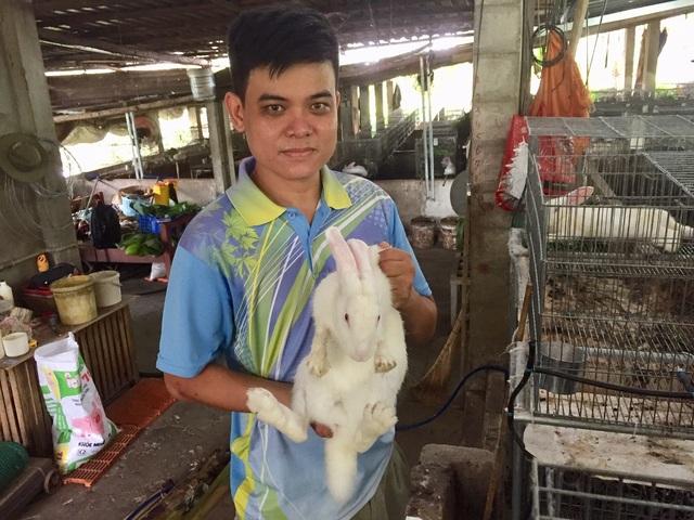 Vớt lục bình trên sông nuôi thỏ,bỏ túi 60 triệu đồng/tháng - 1