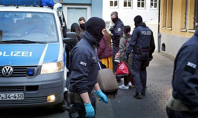 Đức bắt 9 nghi phạm người Việt trong đường dây buôn người  - 1