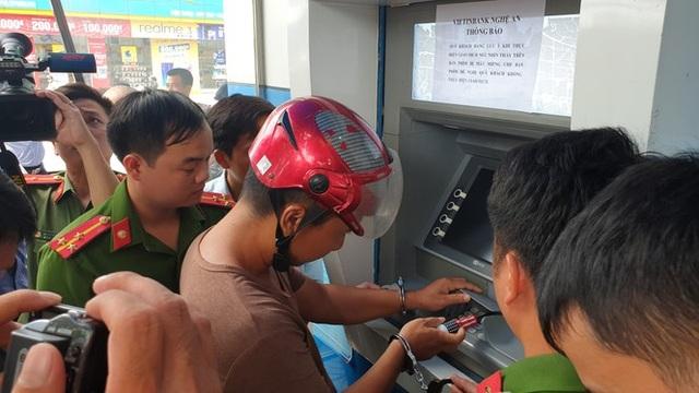 Làm giả thẻ ATM chiếm đoạt tiền, 3 đối tượng người Trung Quốc bị bắt - 2
