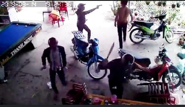 Truy tìm nhóm đối tượng mang súng, mã tấu đập phá nhà dân - 1