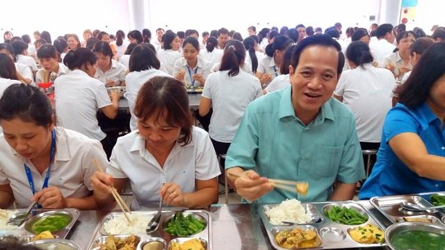 Bộ trưởng Lao động dự bữa cơm trưa giá 15.000 đồng với công nhân may - 1