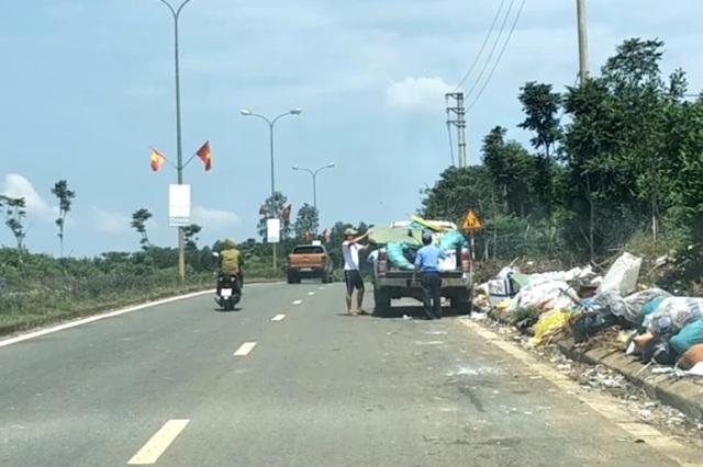 Hai người đàn ông chở cả xe ô tô rác đi vứt bên đường - 1