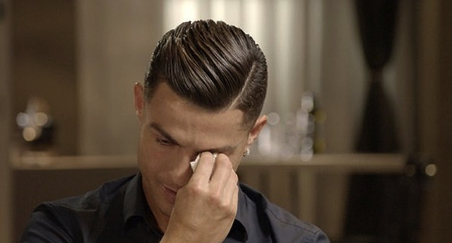 C.Ronaldo ướt đẫm nước mắt khi nhắc về người cha quá cố - 2