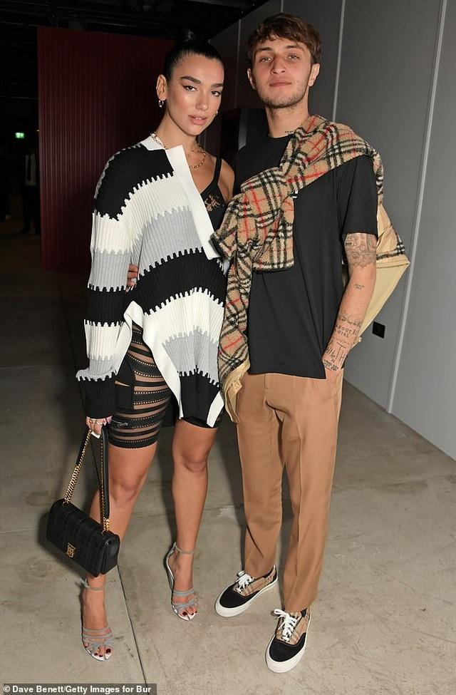 Dua Lipa và Anwar Hadid đẹp đôi đi xem show thời trang - 4
