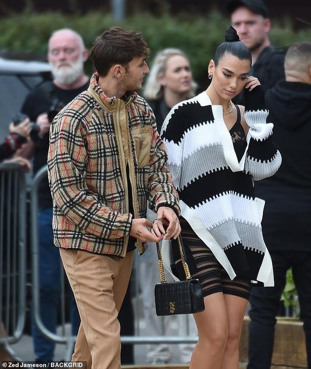 Dua Lipa và Anwar Hadid đẹp đôi đi xem show thời trang - 8
