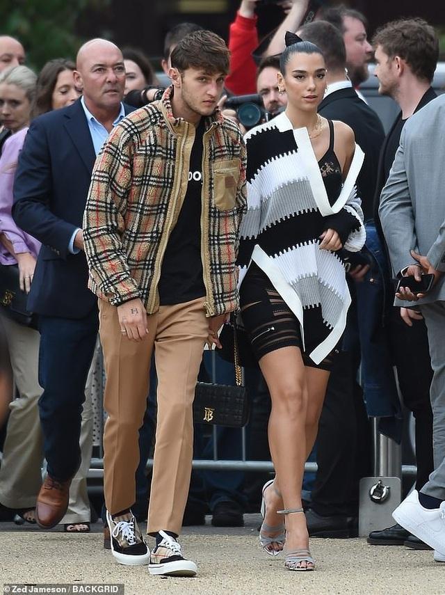 Dua Lipa và Anwar Hadid đẹp đôi đi xem show thời trang - 9