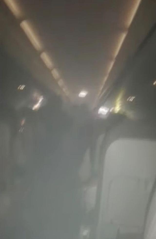 """Máy bay bốc cháy khiến hành khách hoảng loạn còn tiếp viên xử lý """"gây ức chế"""" - 1"""