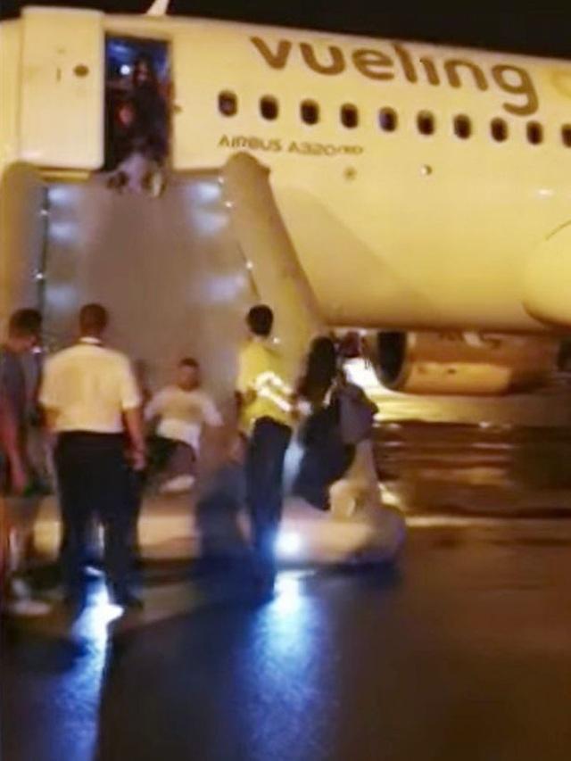 """Máy bay bốc cháy khiến hành khách hoảng loạn còn tiếp viên xử lý """"gây ức chế"""" - 2"""