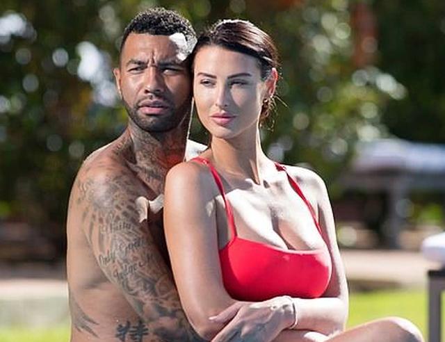 Vợ cầu thủ Jermaine Pennant bốc lửa với bikini đỏ - 3