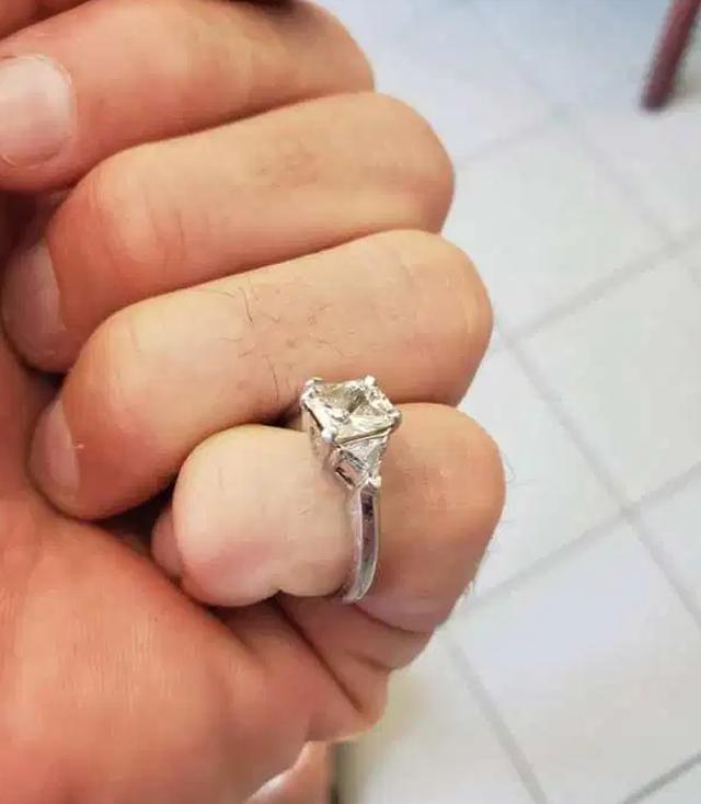 Lo bị mất cắp, cô dâu sắp cưới nuốt nhẫn kim cương - 1