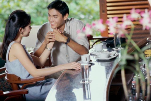 Chết đứng gặp vợ nghỉ trưa cùng đồng nghiệp trẻ trong khách sạn - 1