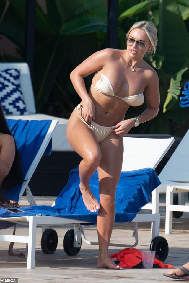 Amber Turner đẹp bốc lửa khi ngồi tắm nắng - 5