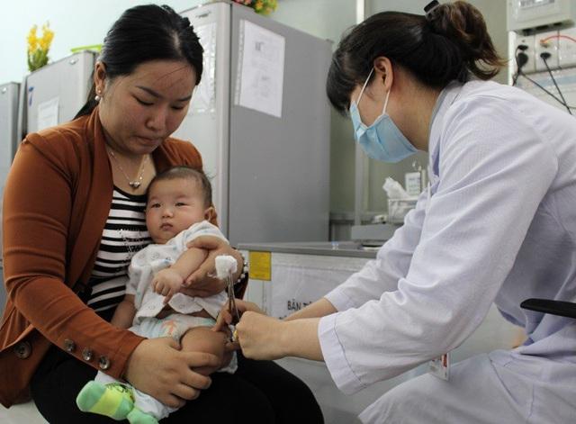 TPHCM: Bắt buộc tiêm vắc xin sởi khi trẻ 9 tháng tuổi - 1