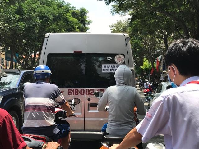 TPHCM: Cấp bách quản lý xe ô tô đưa đón học sinh - 1