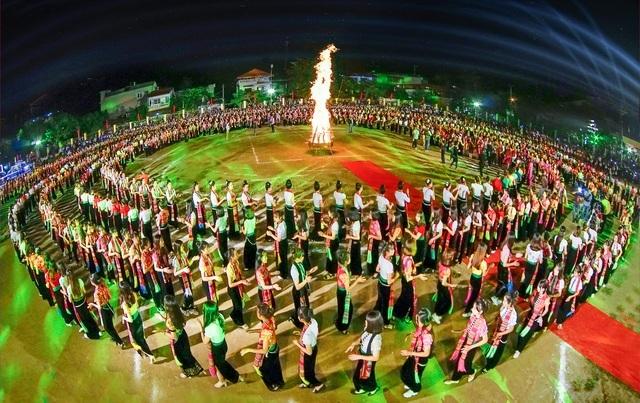 Yên Bái tổ chức màn múa xòe Thái kỷ lục với 5000 người tham dự - 2