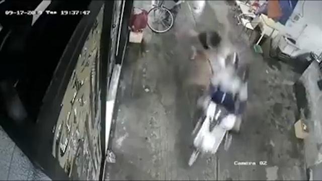 Cô gái bị 2 tên cướp giật túi xách ngã đập đầu trong hẻm ở Sài Gòn - 1