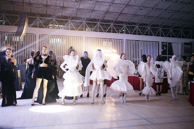 Sinh viên Kiến trúc trình diễn thời trang độc đáo kỉ niệm 50 năm thành lập trường - 1
