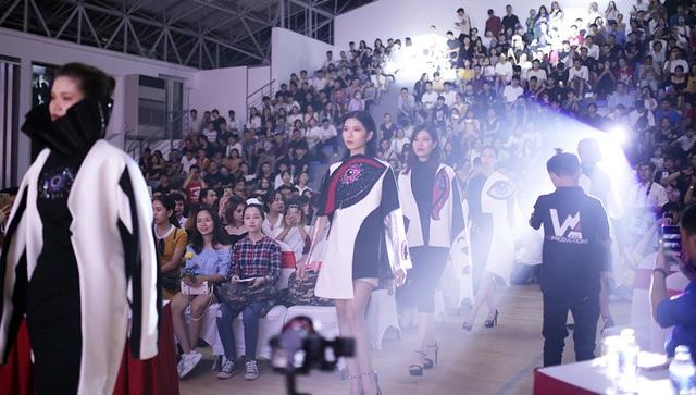 Sinh viên Kiến trúc trình diễn thời trang độc đáo kỉ niệm 50 năm thành lập trường - 2