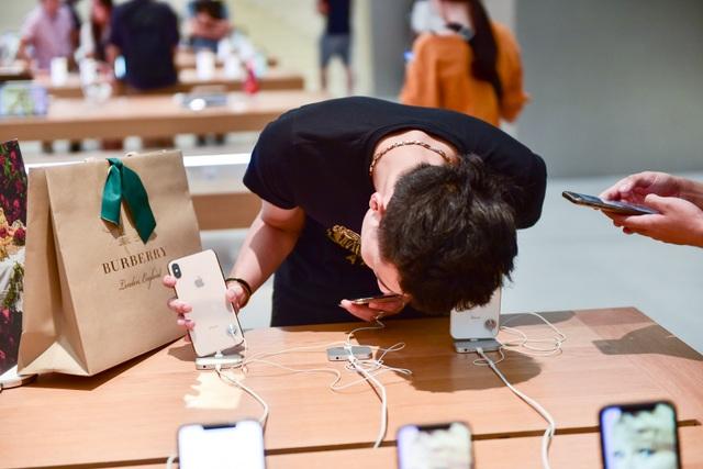 """Dân """"săn"""" iPhone 11 khắp châu Á đổ về Singapore chực chờ trước cửa Apple Store - 3"""