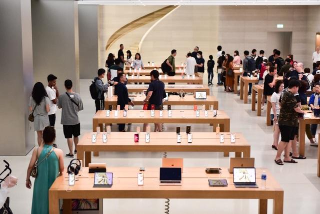 """Dân """"săn"""" iPhone 11 khắp châu Á đổ về Singapore trực chờ trước cửa Apple Store"""