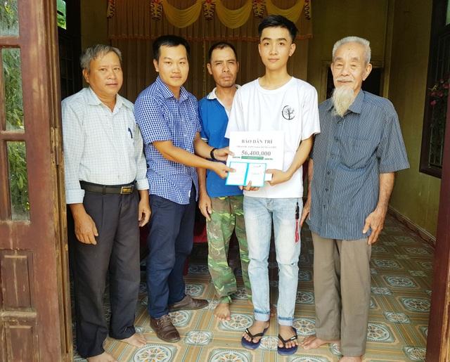 PV Dân trí đã trao tận tay số tiền 56.400.000 đồng tới em Phùng Xuân Hoàng.