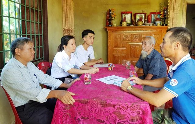 Đại diện chính quyền và người thân động viên cháu Hoàng trước giờ vào trường.