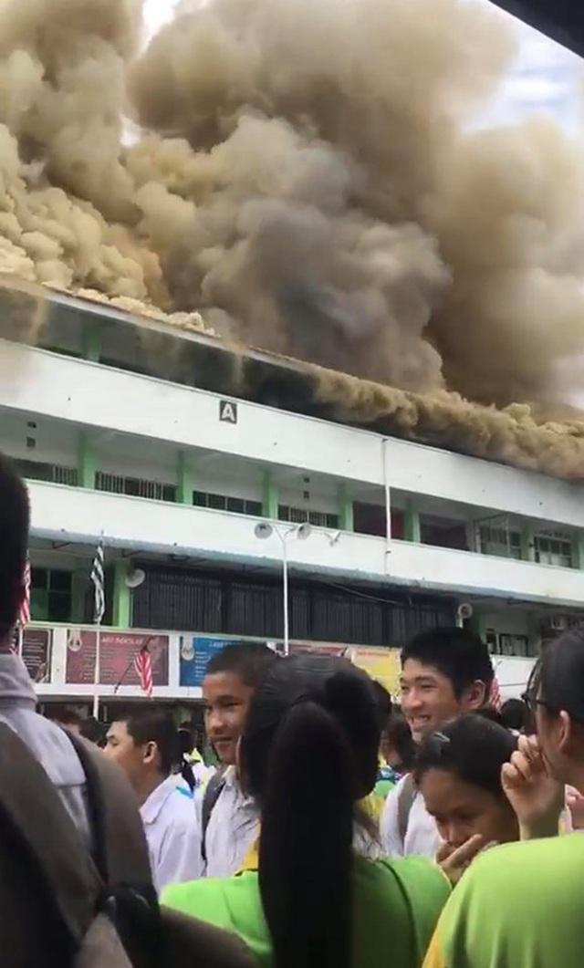 Trường cháy lớn, học sinh cười vui như trẩy hội vì... được nghỉ học - 2