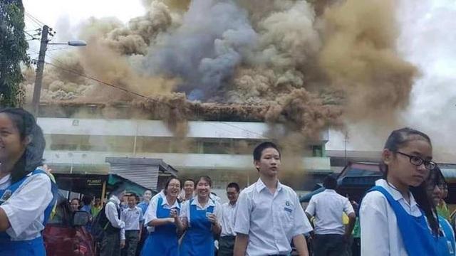 Trường cháy lớn, học sinh cười vui như trẩy hội vì... được nghỉ học - 3