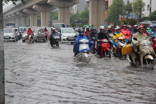 Hà Nội mưa lớn từ sáng sớm, nhiều tuyến phố ngập lụt, ách tắc - 1