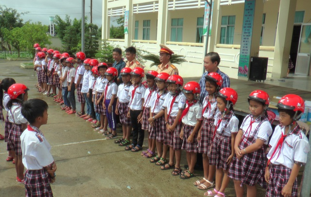 Cảnh sát giao thông Bạc Liêu trao quà cho học sinh khó khăn - 1