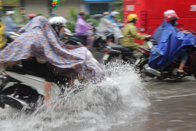 Hà Nội mưa lớn từ sáng sớm, nhiều tuyến phố ngập lụt, ách tắc - 2