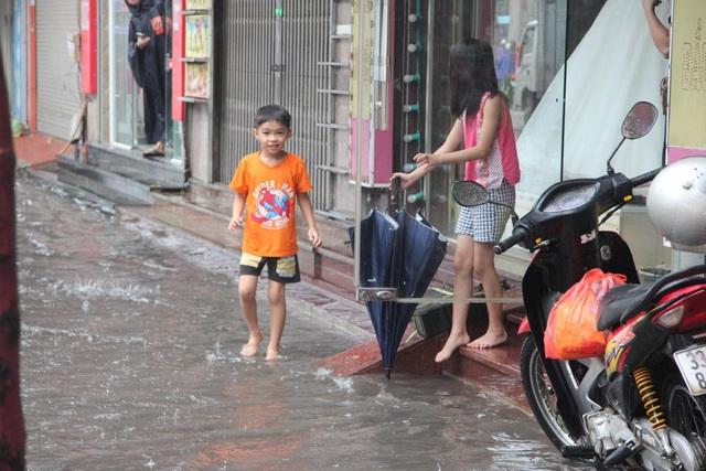 Hà Nội mưa lớn từ sáng sớm, nhiều tuyến phố ngập lụt, ách tắc - 4
