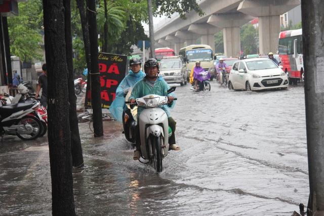 Hà Nội mưa lớn từ sáng sớm, nhiều tuyến phố ngập lụt, ách tắc - 3