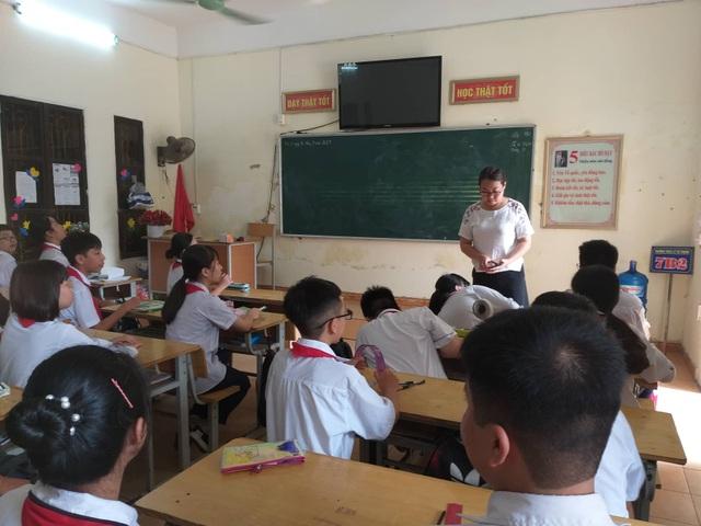 Hàng trăm học sinh cứ đến giờ học tiếng Anh lại ngồi chơi do thiếu giáo viên - 2